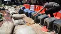 Pelaku menjual kepada pedagang miras oplosan di Jambi dengan harga murah yakni Rp 8.500 perbotol. (Dok. Polda Jambi/B Santoso)