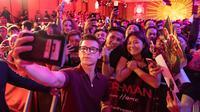 Aktor Tom Holland berswafoto dengan penggemarnya saat acara Spider-Man: Far From Home Pan-Asian Media Summit Bali di Denpasar, Senin (27/5/2019). Kegiatan itu merupakan rangkaian promo film terbaru yang rencananya akan dirilis pada Juli mendatang. (ANTHONY KWAN/GETTY IMAGES NORTH AMERICA/AFP)