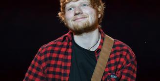 Seorang fans pergi ke backstage untuk bertemu Ed Sheeran usai konser Mereka ngobrol selama 1,5 jam dan penggemar tersebut mengatakan Ed Sheeran sangatlah ramah. (Oli SCARFF / AFP)