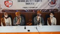Pasangan Gibran-Teguh setelah mendaftar Pilkada di KPU Solo, Jumat (4/9/2020). (Liputan6.com/ Fajar Abrori)