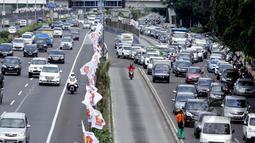 Gubernur DKI Basuki Tjahaja Purnama atau Ahok mengakui Jakarta menjadi kota termacet sedunia. Sebagai Ibukota negara, Jakarta memang belum siap menyediakan sistem transportasi massal yang mumpuni. (Liputan6.com/Faizal Fanani)