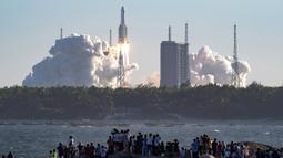 Roket Long March 5B lepas landas dari Pusat Peluncuran Ruang Angkasa Wenchang di Provinsi Hainan, China, Selasa (5/5/2020). Roket dengan panjang 53,7 meter dan bobot tinggal landas sekitar 849 ton itu membawa pesawat luar angkasa nirawak. (Guo Cheng/Xinhua via AP)