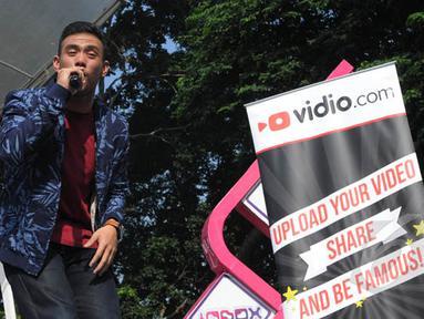 Juara ketiga Music Video Contest Vidio.com, Eros Tjokro tampil di acara inBox, Gelora Bung Karno, Jakarta, Rabu (28/1/2015). (Liputan6.com/Herman Zakharia)