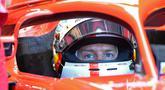 Pebalap Ferrari, Sebastian Vettel mendapatkan layanan pit saat latihan bebas pertama sesi kualifikasi F1 GP di Sirkuit Hockenheim, Jerman, Sabtu (21/7). Vettel berhasil meraih posisi start terdepan (pole position). (AP Photo/Jens Meyer)
