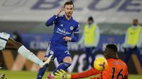 Gelandang Leicester City, James Maddison (kiri) mencetak gol kedua timnya ke gawang Chelsea dalam laga lanjutan Liga Inggris 2020/21 pekan ke-19 di King Power Stadium, Leicester, Selasa (19/1/2021). Leicester City menang 2-0 atas Chelsea. (AFP/Tim Keeton/Pool)