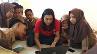 Relawan memberi pelatihan komputer untuk persiapan UNBK