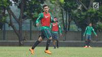 Pesepakbola, Egy Maulana Vikri saat mengikuti latihan bersama Timnas Indonesia U-23 di Lapangan A Senayan, Jakarta, Sabti (17/3). Latihan ini persiapan uji tanding melawan Singapura pada 21 Maret mendatang. (Liputan6.com/Helmi Fithriansyah)
