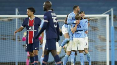 Para pemain Manchester City (kanan) merayakan kemenangan 2-0 atas Paris Saint-Germain usai berakhirnya laga leg kedua semifinal Liga Champions 2020/2021 di Etihad Stadium, Selasa (4/5/2021). (AP/Dave Thompson)