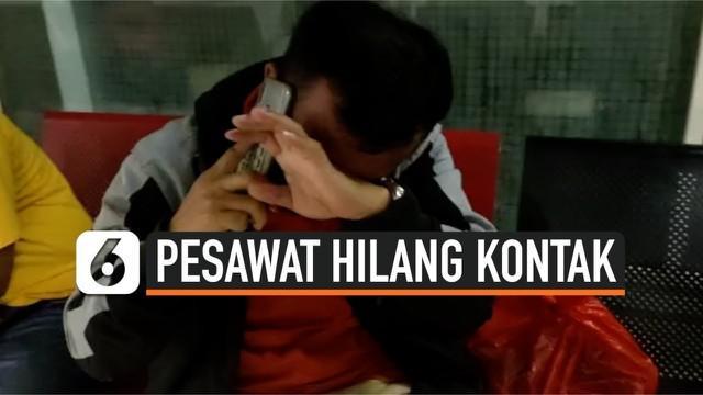 Pesawat komersil Sriwijaya Air tujuan Pontianak dari Jakarta hilang kontak. Pesawat hilang kontak Sabtu (9/1) siang pukul 14.40 WIB. Salah satu keluarga penumpang menangis cemas.