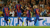 Penyerang Barcelona, Lionel Messi melakukan selebrasi bersama rekan-rekannya usai mencetak gol kegawang Celtic pada Liga Chmapions Grup C di Stadion Camp Nou, Spanyol (14/9). Messi mencetak tiga gol dan membawa Barcelona menang 7-0. (REUTERS/Paul Hanna)