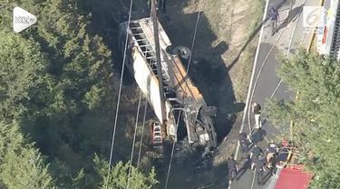 Kecelakaan bus sekolah terjadi di Texas. Akibatnya 1 siswa tewas dan 3 lainnya terluka.