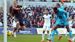 Emmanuel Adebayor memperlihatkan ketajamannya setelah mencetak gol ke gawang Swansea melalui sundulan kepala. (AFP/Geoff Caddick)