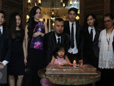 Safeea Ahmad disaksikan Ahmad Dhani dan Mulan Jameela meniup lilin ulang tahunnya yang ke-5 di kediamannya di Pondok Indah, Jakarta, Rabu (24/2). Acara yang diadakan sederhana ini juga digunakan untuk sesi foto keluarga. (Liputan6.com/Herman Zakharia)