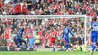 Duel Liga Inggris, Chelsea kontra Arsenal di Emirates Stadium, Minggu (22/8/2021). Romelu Lukaku mencetak gol pertama. (AFP/Justin Tallis)