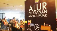 Pemohon pajak mengantri untuk mengikuti program Tex amnesty di kantor Ditjen Pajak, Jakarta, Jumat (31/3). Hari ini merupakan hari terakhir program pengampunan pajak atau tax amnesty dan akan di tutup pada pukul 00:00. (Liputan6.com/Angga Yuniar)
