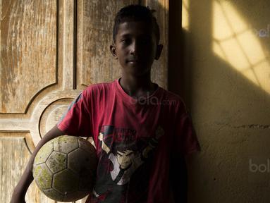 Pesepak bola SSB Tulehu Putra, Saleh Al'Ayubi Pary, saat berada di rumahnya di Tulehu, Maluku, Selasa (15/11/2017). Dirinya merupakan salah satu pemain muda berbakat dari Negeri Tulehu. (Bola.com/Vitalis Yogi Trisna)
