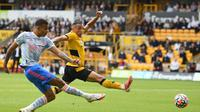 Pemain Manchester United, Mason Greenwood (kiri) melepaskan tendangan yang berujung gol saat menghadapi Wolves dalam lanjutan Liga Inggris 2021/2022, Minggu (29/8/2021). (OLI SCARFF / AFP)