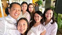 Bambang Soesatyo bersama kelima putrinya yang jarang terekspose (Dok.Instagram/@bambang.soesatyo/https://www.instagram.com/p/B5WUrNZHlqF/Komarudin)