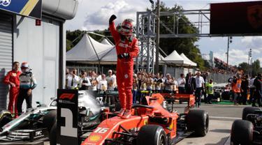 Pembalap Ferrari Charles Leclerc berdiri di atas mobilnya usai memenangkan F1 GP Italia 2019 di Sirkuit Monza, Minggu (8/9/2019). Leclerc menjuarai F1 GP Italia 2019 setelah pertarungan alot melawan duo pembalap Mercedes, Lewis Hamilton dan Valtteri Bottas. (AP Photo/Luca Bruno)