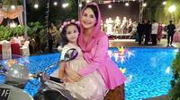 Arumi Bachsin dan putri sulungnya, Lakeisha Ariestia Dardak. (dok. Instagram/arumibachsin_94/https://www.instagram.com/p/BhmHMS4FJNf/Putu Elmira)