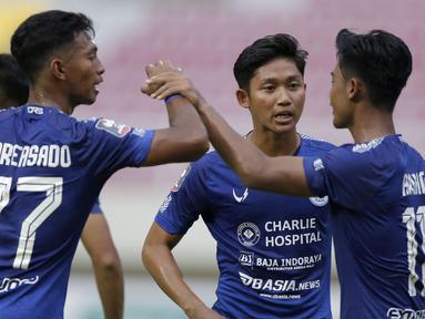 Para pemain PSIS Semarang merayakan gol ketiga ke gawang Persikabo 1973 yang dicetak bek Pratama Arhan(kanan) dalam laga matchday ke-2 Grup A Piala Menpora 2021 di Stadion Manahan, Solo, Kamis (25/3/2021). PSIS menang 3-1 atas Persikabo 1973. (Bola.com/Arief Bagus)