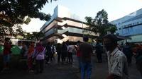 Para pedagang pasar inpres Pasar Minggu pasca kebakaran blok C di Jakarta, Selasa (13/4/2021). Aktivitas perdagangan di Pasar Minggu untuk sementara waktu dihentikan akibat musibah kebakaran. (merdeka.com/Imam Buhori)