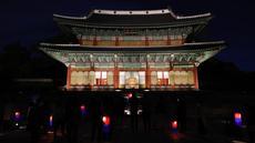 Orang-orang menikmati tur sinar rembulan sembari membawa lentera di dalam Istana Changdeokgung di Seoul, Korea Selatan, pada 29 Oktober 2020. Istana Changdeokgung terdaftar sebagai situs warisan dunia UNESCO pada tahun 1997. (Xinhua/Wang Jingqiang)