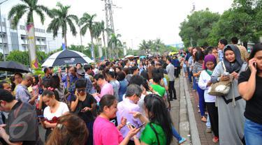 Ratusan pecinta traveling terlihat mengantri di area kawasan Senayan City, Jakarta, (11/03/16). Menyusul kesuksesan tahun lalu, BCA kembali bekerja sama dengan Singapore Airlines untuk memberikan berbagai penawaran menarik. (Liputan6.com/Faisal R Syam)