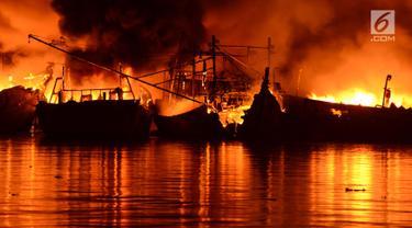 Sebanyak 18 kapal nelayan terbakar Pelabuhan Muara Baru, Penjaringan, Jakarta Utara, Sabtu (23/2). Informasi kebakaran diterima petugas sekitar pukul 15.19 WIB dan sempat terdengar suara ledakan dari kapal. (merdeka.com/Imam Bukhori)
