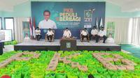 Ketua Umum PKB Muhaimin Iskandar membagikan paket sembako ke masyarakat yang membutuhkan. (Istimewa)