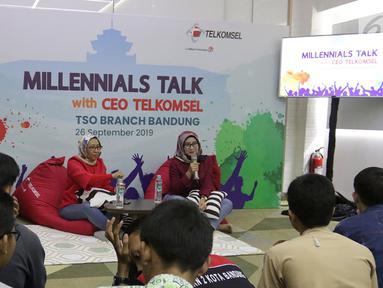 Dirut Telkomsel Emma Sri Martini (kanan)dan Direktur Sales Telkomsel Ririn Widaryani (kiri) saat menjadi pembicara dalam Millennials Talk di Bandung, (26/9/2019). Millennials Talk memberikan kesempatan para milenial harapan dan masukan terhadap pelayanan Telkomsel. (Liputan6.com/HO/Ady)