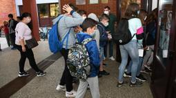 Para siswa memasuki gedung sekolah pada hari pertama tahun ajaran baru di Bjelovar, Kroasia, 7 September 2020. Pembelajaran sekolah di Kroasia ditangguhkan sejak pertengahan Maret akibat wabah COVID-19. (Xinhua/Pixsell/Damir Spehar)