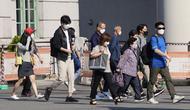 Orang-orang yang berjalan di luar sebuah stasiun di Seoul, Korea Selatan, Jumat (24/9/2021). Korea Selatan telah melaporkan lonjakan harian terbesar virus corona sejak dimulainya pandemi. (AP Photo/Lee Jin-man)