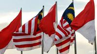 Bendera Indonesia dan Bendara Malaysia yang berkibar pada 22 April 2009. (AFP/ADEK BERRY)