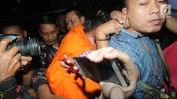 Direktur PT Navy Arsa Sejahtera, Mujib Mustoda penyuap Direktur Utama Perum Perikanan Indonesia, Risyanto Suanda menghindar dari kejaran kamera wartawan usai menjalani pemeriksaan 1x24 jam oleh penyidik di Gedung KPK, Jakarta, Rabu (25/09/2019). (merdeka.com/Dwi Narwoko)