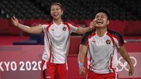 Ganda putri Indonesia Apriyani Rahayu (kanan) dan Greysia Polii berselebrasi setelah menang atas pasangan China pada final badminton ganda putri Olimpiade Tokyo 2020 di Musashino Forest Sport, Senin (2/8/2021). (Alexander NEMENOV/AFP)