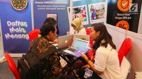 Marketing menawarkan produk pada Indonesia Fintech Summit and Expo (IFSE) 2019 di JCC Jakarta, Senin (23/9/2019). Keberadaan fintech diharapkan mempercepat rencana pemerintah untuk meningkatkan inklusi keuangan di Indonesia yang ditargetkan mencapai 75 persen tahun 2019. (Liputan6.com/Fery Pradolo)