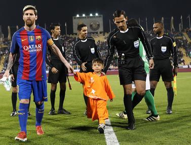 20161213-Messi Akhirnya Bertemu Bocah Afghanistan Berkaos Plastik-Qatar