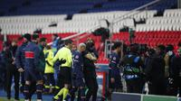 Pemain Paris Saint Germain meninggalkan lapangan, setelah pertengkaran antara para pemain Istanbul Basaksehir dan wasit keempat selama pertandingan sepak bola grup H Liga Champions antara Paris Saint Germain dan Istanbul Basaksehir di stadion Parc des Pri