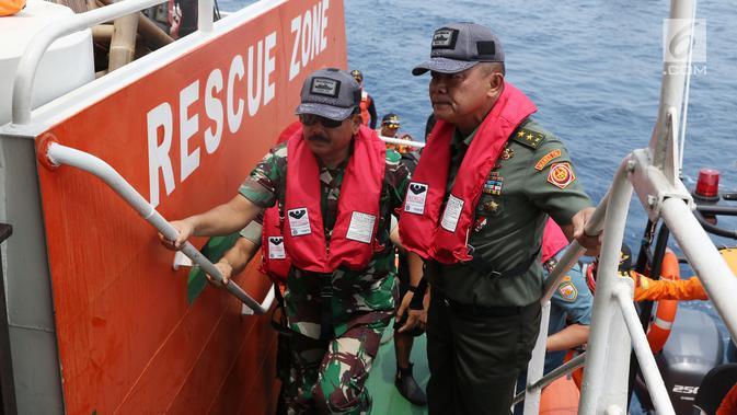 Panglima TNI Marsekal Hadi Tjahjanto (kiri) saat tiba di KN SAR Basudewa di perairan Karawang, Jawa Barat, Rabu (31/10). Panglima TNI meninjau titik yang diduga menjadi tempat bagian badan pesawat Lion Air JT 610. (Liputan6.com/Helmi Fithriansyah)
