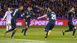 Bek Real Madrid, Raphael Varane (kedua kiri) berselebrasi usai mencetak gol ke gawang Real Valladolid selama pertandingan lanjutan La Liga Spanyol di stadion Jose Zorrilla,Valladolid (10/3). Madrid menang telak 4-1 atas Valladolid. (AFP Photo/Cesar Manso)