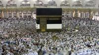 Ribuan jemaah Muslim mengelilingi Kakbah selama bulan haji di Masjidil Haram, Mekah, Arab Saudi pada 7 Agustus 2019. Pemerintah Arab Saudi pada hari Kamis, 27 Februari 2020 resmi menghentikan sementara izin umrah bagi seluruh negara, termasuk juga untuk Indonesia. (AP Photo/Amr Nabil)