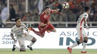 Striker Persija Jakarta, Marko Simic, terjatuh saat berebut bola dengan bek Bali United, Ahmad Agung, pada final Piala Presiden di SUGBK, Jakarta, Sabtu (17/2/2018). Persija menang 3-0 atas Bali United. (Bola.com/M Iqbal Ichsan)