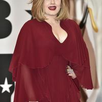 """Sedangkan salah satu pelayan toko tersebut tidak menyadari jika pelanggan tersebut adalah Adele. """"Apakah aku baru saja melayani Adele, sungguh tidak bisa dikenali,"""" ungkapnya. (AFP/Bintang.com)"""