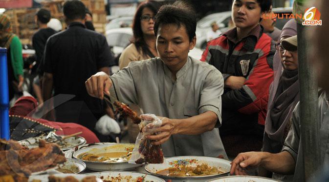 Masakan khas dari Padang juga tidak lepas dari serbuan para pemburu kuliner di Pasar Bendungan Hilir Jakarta pada Kamis 11 Juli 2013. (Liputan6.com/Helmi Fithriansyah)