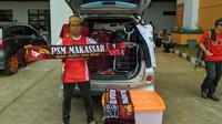Muslim, pria asal Makassar berjualan di Stadion Pakansari, Kabupaten Bogor, Rabu (13/3/3019). (Bola.com/Muhammad Adyaksa)