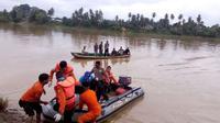 Tim SAR, polisi, TNI bersama warga berhasil menemukan korban yang mengapung di sungai dan diduga akibat diserang buaya. (Foto: Dok. Polres Tebo/B Santoso)
