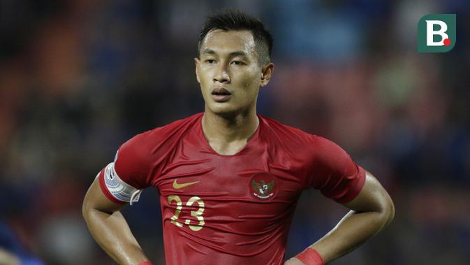 Bek Timnas Indonesia, Hansamu Yama, mengamati rekannya saat melawan Thailand pada laga Piala AFF 2018 di Stadion Rajamangala, Bangkok, Sabtu (17/11). Thailand menang 4-2 dari Indonesia. (Bola.com/M. Iqbal Ichsan)