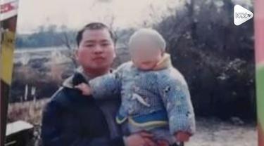 Seorang pelari menangis setelah menyentuh garis finish maraton di China. Ia sedih karena putranya meninggal dan tidak bisa mengikuti maraton bersamanya.