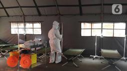 Petugas medis menyiapkan alat pendukung kesehatan di ruang IGD (Instalasi Gawat Darurat) di RSUD Bekasi, Rabu (23/6/2021). Pemkot Bekasi mendirikan tenda untuk ruang IGD yang dapat menampung 30 pasien karena keterisian tempat tidur penuh akibat lonjakan kasus COVID-19. (Liputan6.com/Herman Zakharia)